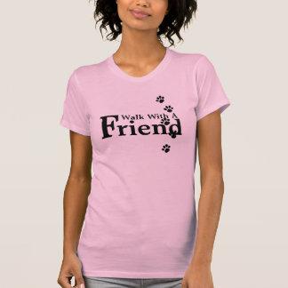 Promenade avec un T-shirt de rose d'ami