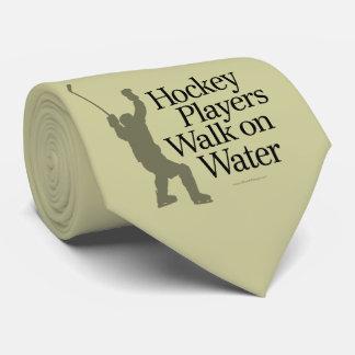 Promenade de joueurs de hockey sur la cravate de
