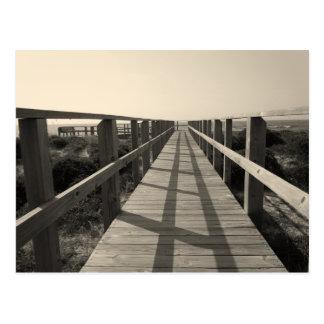 Promenade de plage dans la sépia carte postale