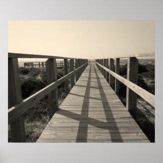 Promenade de plage dans la sépia affiche