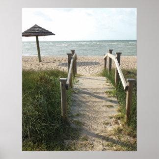 Promenade sur la copie de plage posters
