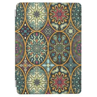 Protection iPad Air Patchwork vintage avec les éléments floraux de