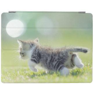 Protection iPad Chat de bébé fonctionnant sur le champ d'herbe