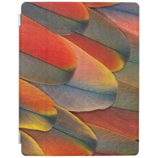 Protection iPad Plan rapproché de plume d'ara d'écarlate