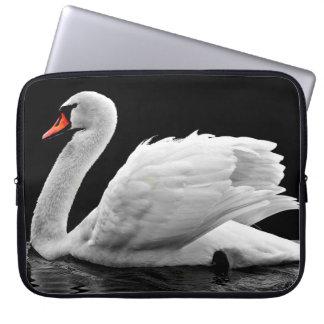 Protection Pour Ordinateur Portable Belle natation blanche de cygne sur l'eau immobile