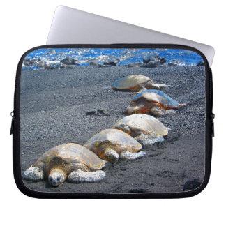 Protection Pour Ordinateur Portable Cinq tortues paresseuses se situant dans le sable