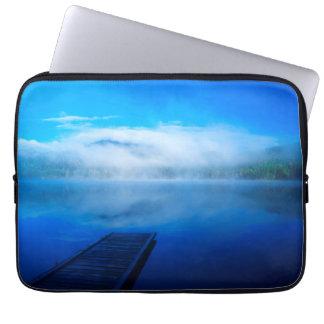 Protection Pour Ordinateur Portable Dock sur le lac brumeux calme, la Californie