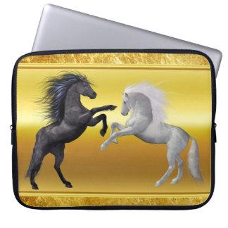 Protection Pour Ordinateur Portable Noir et un cheval blanc qui combattent
