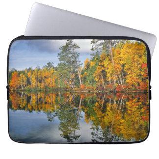 Protection Pour Ordinateur Portable Réflexions d'étang d'automne, Maine
