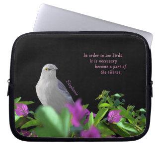 Protection Pour Ordinateur Portable Un oiseau moqueur du nord avec le feuille pourpre