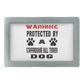 Protégé par un chien de bull-terrier du boucles de ceinture rectangulaires