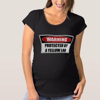 Protégé par un laboratoire jaune T-Shirt de maternité
