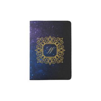 Protège-passeport Monogramme carré fleuri sur la galaxie bleue