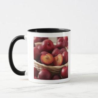 Prunes dans le panier mugs