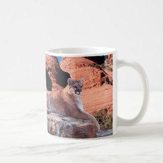 Puma se reposant sur la roche - mug