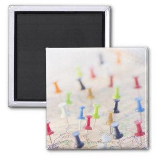 Punaises dans une carte 2 magnet carré