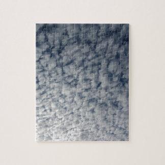 Puzzle Beaucoup de nuages mous sur le fond de ciel bleu
