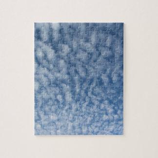 Puzzle Beaucoup de petits nuages mous sur le fond de ciel