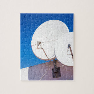 Puzzle Deux antennes paraboliques blanches sur le mur de