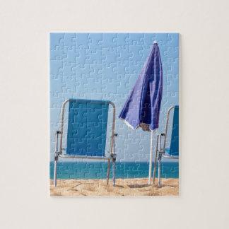 Puzzle Deux chaises et parasols de plage bleus à sea.JPG