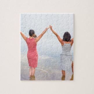 Puzzle Deux femmes heureuses se tenant dans water.JPG