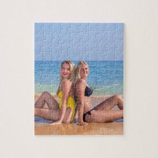 Puzzle Deux filles s'asseyent sur la plage près de