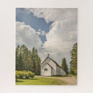Puzzle Église blanche rurale avec une croix et des nuages