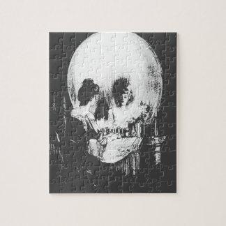 Puzzle Femme avec la réflexion de crâne de Halloween dans