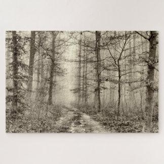 Puzzle Forêt de B&W avec le brouillard de matin derrière