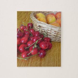 Puzzle Fruits frais d'été sur la table en bois légère