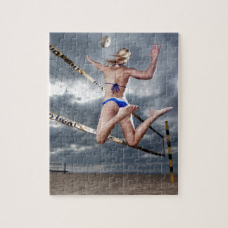 Puzzle joueur de volleyball féminin blond de plage