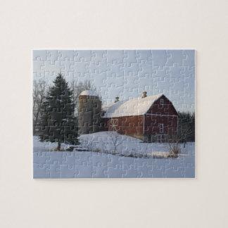 Puzzle La neige a couvert la grange rouge en hiver