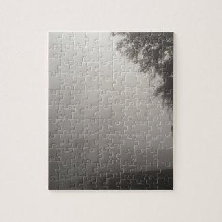 Puzzle matin brumeux attendant sur la hausse du soleil