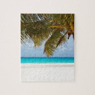 Puzzle Palmier vert sur la plage pendant la journée