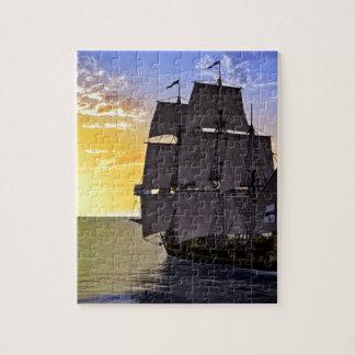 Puzzle Un bateau de navigation noir de Corvette et le