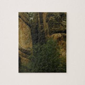 Puzzle visage jaune de roche avec des arbres