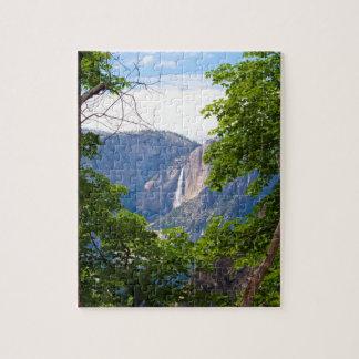 Puzzle Yosemite Falls supérieur vue par le feuille