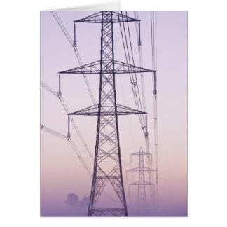 Pylônes de l'électricité en brume à l'aube carte de vœux