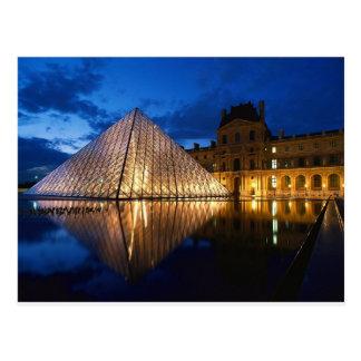 Pyramide dans le musée de Louvre, Paris, France Carte Postale