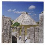 Pyramide de Kukulcan comme vu du groupe de Carreaux