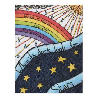 Quand il pleut recherchez les arcs-en-ciel carte postale