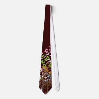 Quatre arbres lunatiques de saisons sur la cravate cravates