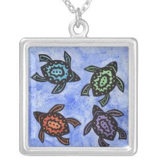 Quatre coquilles colorées par tortues noires pendentif carré