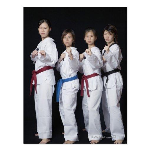 Quatre jeunes femmes se tenant en position de poin cartes postales