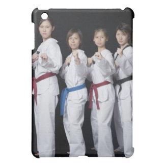 Quatre jeunes femmes se tenant en position de poin coque pour iPad mini