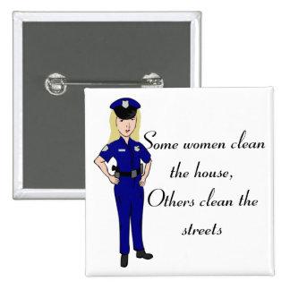 Quelques femmes nettoient le bouton de policier badge carré 5 cm