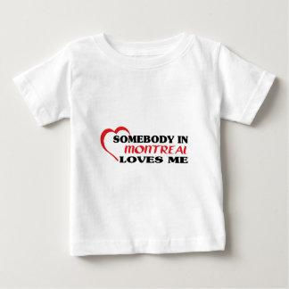 Quelqu'un à Montréal m'aime T-shirt Pour Bébé