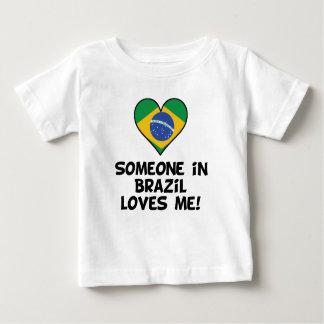 Quelqu'un au Brésil m'aime T-shirt Pour Bébé