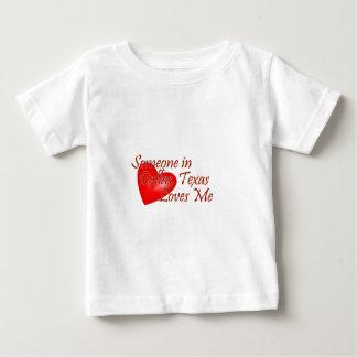 Quelqu'un m'aime à Dallas, le Texas T-shirt Pour Bébé