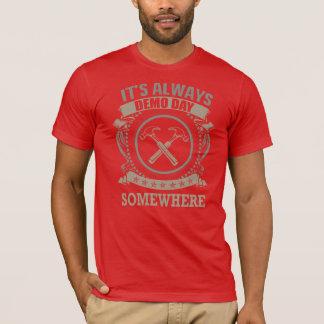 Qui aime le jour de démo ? t-shirt